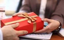Cán bộ nhận quà tặng do không từ chối được, phải tổ chức bán công khai nộp ngân sách
