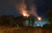 Cảnh sát PCCC leo núi trong đêm để dập lửa