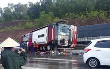 Phóng nhanh dưới trời mưa, xe khách lật trên QL1A, nhiều hành khách nhập viện cấp cứu
