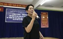 Nữ danh ca Phương Dung rơi nước mắt khi thăm trẻ mồ côi