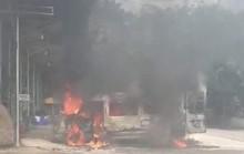 Xe khách 16 chỗ bốc cháy dữ dội ở Đồng Nai