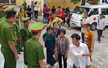 Hàng chục bị hại náo loạn sân tòa án sau khi cựu giáo viên bị tuyên án