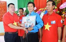 Tiếp tục trao 1.000 lá cờ Tổ quốc cho ngư dân Quảng Ngãi