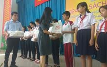 Tặng 924 bộ sách giáo khoa cho học sinh khó khăn