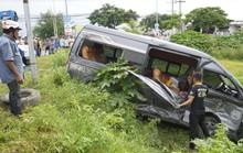 Sau tiếng động, tá hỏa thấy xe Limousine nằm dưới hố, xe khách lao sát nhà dân