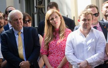 Phớt lờ con ruột, tân thủ tướng Anh đưa bạn gái kém 24 tuổi đến sống cùng?