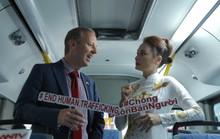 Đại sứ Anh và Bảo Thanh của Về nhà đi con cùng họp báo trên xe buýt