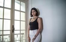 Chụp ảnh bán khỏa thân, người mẫu phải bỏ trốn ra nước ngoài