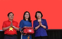 Phó Chủ tịch nước trao cờ Tổ quốc cho ngư dân