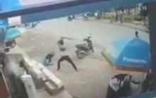 Clip: Nam thanh niên cầm hung khí lao vào hành hung dã man bảo vệ Điện máy Xanh