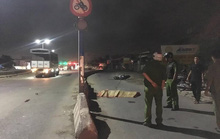 Hai cảnh sát cơ động lao vào dải phân cách tử vong