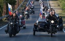 Tổng thống Putin đến buổi biểu diễn xe mô tô ở Crimea, Ukraine phản đối