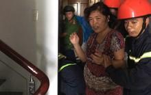 CLIP: Phá cửa thang máy cứu bà nội và cháu trai 8 tháng tuổi đang la hét