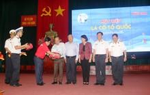 Cùng Phó Chủ tịch nước trao 1.000 lá cờ Tổ quốc để ngư dân Khánh Hòa bám biển