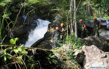 Xe buýt rơi xuống hẻm núi ở Lào, 13 du khách Trung Quốc thiệt mạng