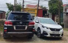 Vụ dân vây côn đồ đập phá cổng làng: Tạm giữ xe sang Lexus 570 biển số 299.99