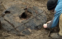 Người đầm lầy 3.000 tuổi mang quái vật 1m trong cơ thể