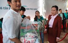 Công ty BĐS Đảo Vàng trao quà cho đồng bào bị thiệt hại do lũ lụt