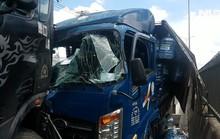 Giải cứu tài xế và phụ xe ra khỏi cabin xe tải dập nát