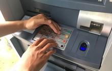 Gã trai ngoại gắn thiết bị lạ vào trụ ATM  ở quận 2