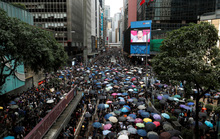 Hồng Kông siết chặt an ninh, người biểu tình thách thức cảnh sát