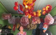 Người phụ nữ làm lồng đèn khiến khách mua quay lưng với hàng Trung Quốc