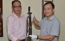 Cháu nội vua Mèo hiến tặng gươm quý cho Bảo tàng Hồ Chí Minh