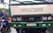 Ôtô chở hàng lậu tông xe QLTT, tài xế được đồng bọn giải cứu