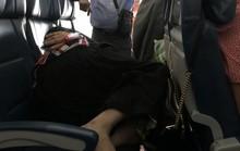 Đứng suốt 6 giờ trên máy bay nhường vợ nằm nghỉ
