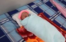 Phát hiện bé sơ sinh trong bọc ni lông bên đường