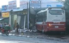 Xe giường nằm va chạm xe tải và lao thẳng vào 1 cửa hàng trên Quốc lộ 20