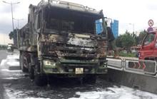[CLIP] - Xe ben biến dạng sau khi bùng cháy trên xa lộ Hà Nội