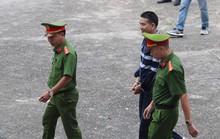 Bị tuyên án 2 năm tù, Trần Đình Sang nở nụ cười lúc rời tòa về trại giam