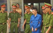 Bị cáo ảo giác do dùng ma túy giết người im lặng, buộc tòa tạm hoãn xử