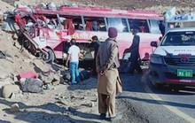 Xe buýt lao vào núi, hàng chục người thiệt mạng