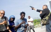 Thượng nghị sĩ nổ súng loạn xạ, trúng mặt phóng viên