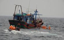 Một thuyền viên bị gãy cả tay và chân khi đánh bắt trên biển