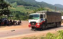 Tông vào xe tải biển số Lào, cô gái 19 tuổi đi xe máy tử vong