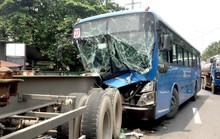 Xe buýt chở nhiều khách bị xé toạc đầu sau cú tông đuôi xe đầu kéo