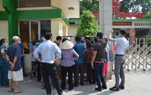 Người dân bịt khẩu trang kéo đến nhà máy Rạng Đông yêu cầu đối thoại