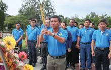 Đoàn về nguồn LĐLĐ TP HCM dâng hương Đài tưởng niệm tại Nghĩa trang Hàng Dương
