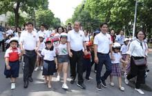 Phó Thủ tướng Trương Hòa Bình cùng 3.000 học sinh đi bộ vận động Đội mũ bảo hiểm cho trẻ em