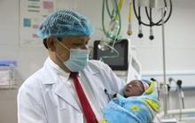 Giám đốc bệnh viện cắt dây rốn chào đón công dân đầu tiên của năm 2020