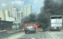 Xe biển xanh bất ngờ bốc cháy ở đường trên cao