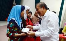 Phó Thủ tướng Thường trực Trương Hòa Bình tặng quà đồng bào dân tộc Chăm TP HCM