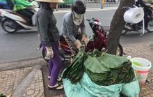 Người bán lá dong ngã ba Ông Tạ lo ế khách vì giá thịt heo tăng cao