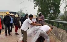 Đang chở con nhỏ, người phụ nữ bất ngờ bị người đàn ông ép xe, chém trọng thương