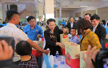 Chủ tịch Quốc hội Nguyễn Thị Kim Ngân tặng quà Tết cho công nhân Đắk Lắk