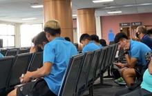 Clip: U23 Việt Nam chạm mặt cầu thủ Triều Tiên trên máy bay cánh quạt trở về Bangkok