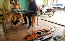 Tò mò mở bao tải để bên đường, tá hỏa thấy 2 khẩu súng và 2 quả lựu đạn